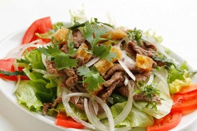 北千住 炒め牛肉入りのレタスサラダ