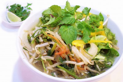 炒め野菜と生ハーブ野菜のフォー