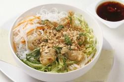 海老と豚肉の揚げ春巻きのせサラダ麺